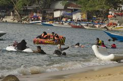 PANGKOR-INSEL, MALAYSIA - 17. DEZEMBER 2017: setzen Sie Tätigkeiten in Pangkor-Insel auf den Strand, die in Malaysia gelegen ist Stockbild
