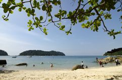 PANGKOR-INSEL, MALAYSIA - 17. DEZEMBER 2017: setzen Sie Tätigkeiten in Pangkor-Insel auf den Strand, die in Malaysia gelegen ist Stockbilder