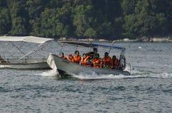 PANGKOR-INSEL, MALAYSIA - 17. DEZEMBER 2017: Tourist, der Strandtätigkeiten und -rückkehr von der Insel hofft durch Boot genießt Lizenzfreies Stockfoto