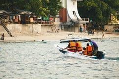 PANGKOR-INSEL, MALAYSIA - 17. DEZEMBER 2017: Tourist, der Strandtätigkeiten und -rückkehr von der Insel hofft durch Boot genießt Stockfoto