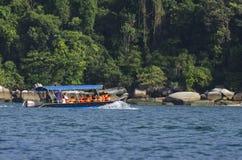 PANGKOR-INSEL, MALAYSIA - 17. DEZEMBER 2017: Tourist, der Strandtätigkeiten und -rückkehr von der Insel hofft durch Boot genießt Lizenzfreie Stockbilder