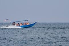 PANGKOR-INSEL, MALAYSIA - 17. DEZEMBER 2017: Tourist, der Strandtätigkeiten und -rückkehr von der Insel hofft durch Boot genießt Stockfotos