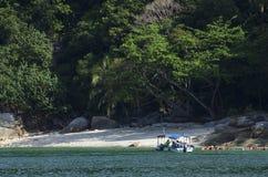 PANGKOR-INSEL, MALAYSIA - 17. DEZEMBER 2017: Tourist, der Strandtätigkeiten und -rückkehr von der Insel hofft durch Boot genießt Stockfotografie