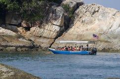 PANGKOR-INSEL, MALAYSIA - 17. DEZEMBER 2017: Tourist, der Strandtätigkeiten und -rückkehr von der Insel hofft durch Boot genießt Lizenzfreies Stockbild