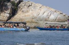 PANGKOR-INSEL, MALAYSIA - 17. DEZEMBER 2017: Tourist, der Strandtätigkeiten und -rückkehr von der Insel hofft durch Boot genießt Stockbilder