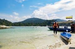 PANGKOR-INSEL, MALAYSIA - 17. DEZEMBER 2017: touristische genießende Insel, die Strandtätigkeiten in Pangkor-Insel, Malaysia hoff Lizenzfreie Stockbilder
