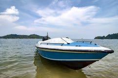 Pangkoreiland in Maleisië wordt gevestigd dat Blauwe die vezelboot over bewolkte blauwe hemel wordt vastgelegd royalty-vrije stock afbeelding