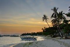 Panglao, Filipinas - 7 de março de 2016: Por do sol na praia Alona Panglao Island fotografia de stock