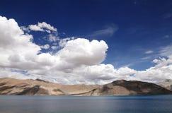 Pangong湖和美丽的山 图库摄影