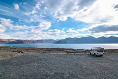 Pangong湖岸在Leh,拉达克,印度 湖和山风景  库存图片