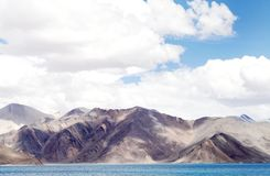 Pangong湖美丽的山特写镜头  库存图片