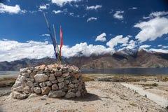 Pangong chorten den alpina sjön med den tibetana buddisten Royaltyfria Foton