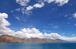 Pangong湖和美丽的贫瘠小丘, HDR 库存图片
