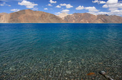 Pangong lake med den klara blåttskyen Arkivbilder
