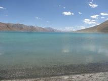 Pangong See, Leh, Laddakh, blaues Water See, berührt es chinesische Grenze lizenzfreies stockbild