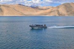 PANGONG-SJÖ, LEH, INDIA-JULY 6th 2016: Fartyget för patrullen för gränssäkerhetstyrka kommer tillbaka efter granskning av linjen  Arkivfoton