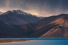 Pangong sjö med berget och moln, Leh Ladakh Fotografering för Bildbyråer
