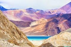 Pangong sjösikt i vallaysna, Ladakh, Indien Royaltyfri Foto