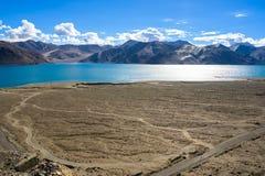 Pangong sjösikt med bergbakgrund, Leh Ladakh Royaltyfri Bild