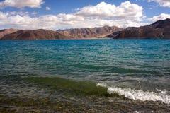 Pangong Tso湖Shoreside视图  免版税库存图片