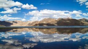 Pangong Tso halna jeziorna panorama z górami r i niebieskim niebem Zdjęcie Royalty Free