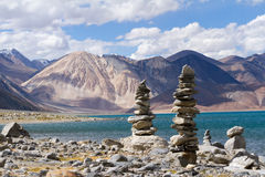 Pangong Tso mountain lake panorama with Buddhist stupas in foref Stock Photos