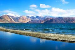 Pangongmeer in de Staat van Ladakh, van Jammu en van Kashmir, India Royalty-vrije Stock Foto's
