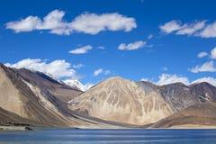 Pangongtso meer en Himalayan-berg in Ladakh, India Stock Afbeelding
