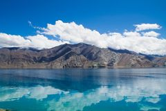 Pangyong sjö med morgontoner på vatten Fotografering för Bildbyråer