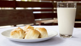 Pani con latte Immagini Stock