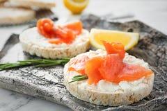 Pani croccanti con il raccordo di color salmone affettato fresco Fotografia Stock