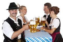 Pani tostati bavaresi dell'uomo con lo stein della birra di Oktoberfest immagine stock libera da diritti