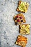 Pani tostati con burro di arachidi, i dadi ed i frutti Vista superiore con la stazione termale della copia fotografia stock libera da diritti