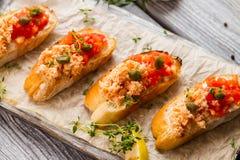 Pani tostati con i pomodori ed i capperi Immagine Stock