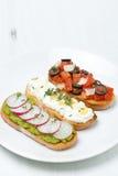 Pani tostati con i pomodori, formaggio, patè dei piselli Immagini Stock Libere da Diritti