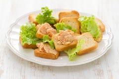 Pani tostati con il patè del pesce Fotografia Stock Libera da Diritti