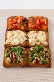 Pani tostati con il pomodoro, i fagioli ed i merluzzi Fotografia Stock Libera da Diritti