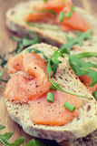 Pani tostati con il salmone affumicato Immagini Stock Libere da Diritti
