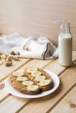 Pani tostati con la banana ed il burro di arachidi fotografia stock