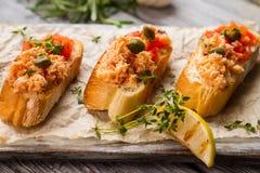 Pani tostati con la carne di pesce Fotografie Stock Libere da Diritti