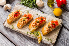 Pani tostati con la carne di pesce cucinata Immagini Stock