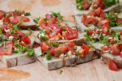 pani tostati dei pomodori con le erbe aromatiche Fotografie Stock