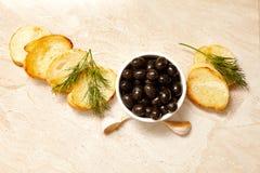 Pani tostati del pane di ciabatta con le olive nere, Immagini Stock Libere da Diritti