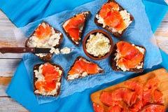 Pani tostati deliziosi del pane di segale con il salmone Fotografia Stock