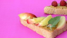 pani tostati deliziosi differenti su fondo cremisi verde o rosa Panino sano per la prima colazione o lo spuntino Pane tostato con video d archivio