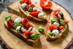 Pani tostati di Bruschetta di Caprese Fotografia Stock Libera da Diritti