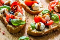Pani tostati di Bruschetta di Caprese Immagini Stock Libere da Diritti