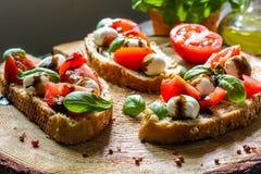 Pani tostati di Bruschetta di Caprese Fotografie Stock Libere da Diritti