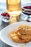 Pani tostati di pane con il dolce casalingo dei semi di sesamo in pila decorata con il pinolo sul piatto bianco Fotografia Stock