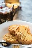 Pani tostati di pane con il dolce casalingo dei semi di sesamo in pila decorata con il pinolo sul piatto bianco Immagini Stock